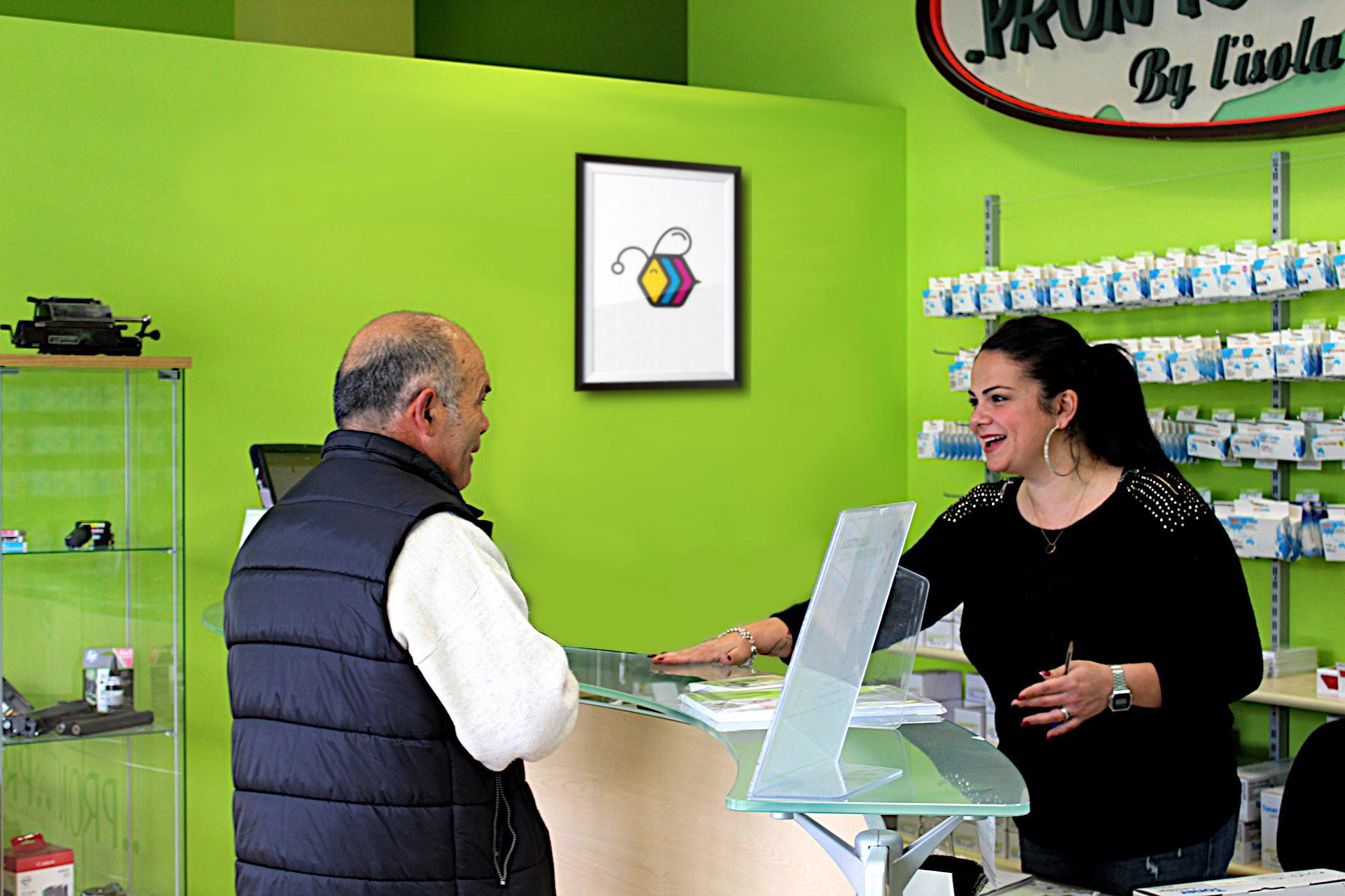 Commessa in negozio a Sestu aiuta cliente nell'acquisto di cartucce per stampante